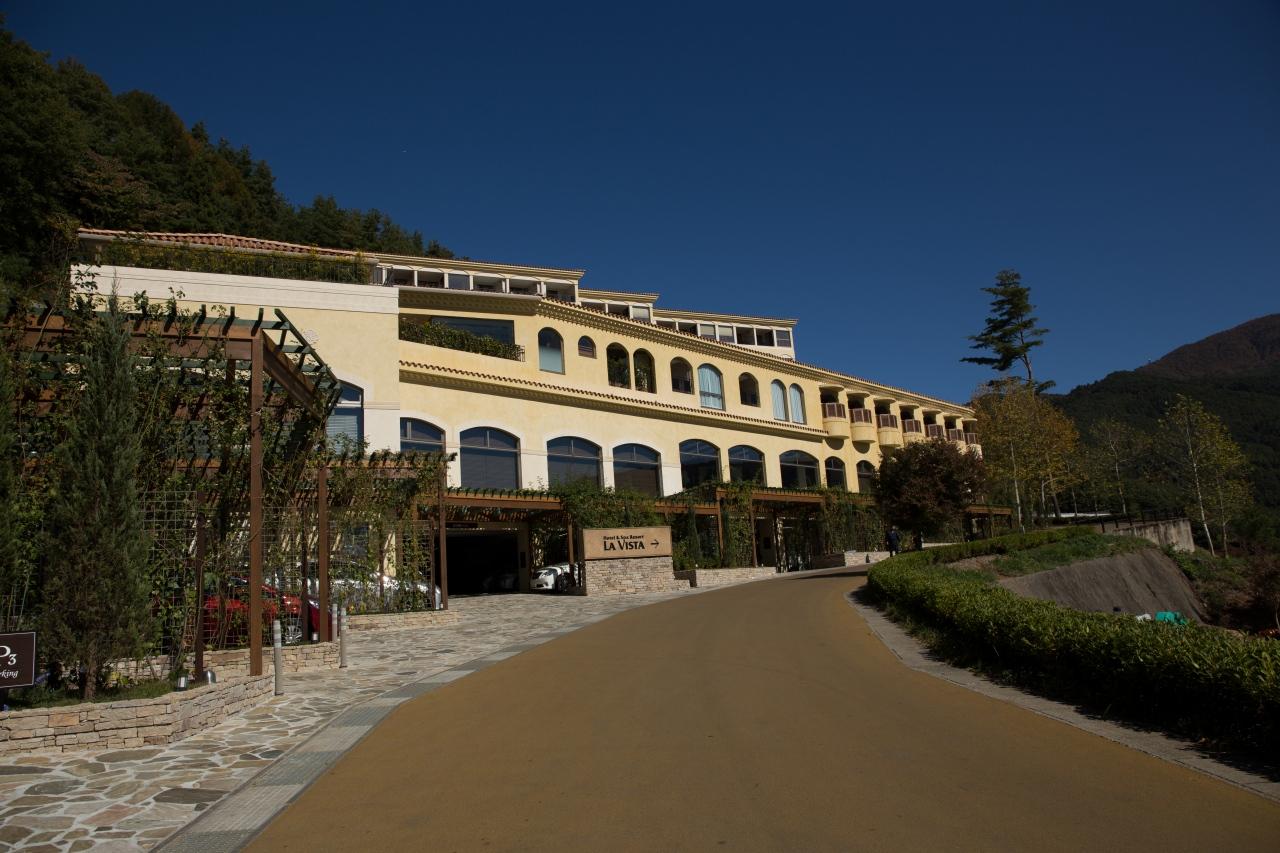 建物は南仏プロバンス風の外観。